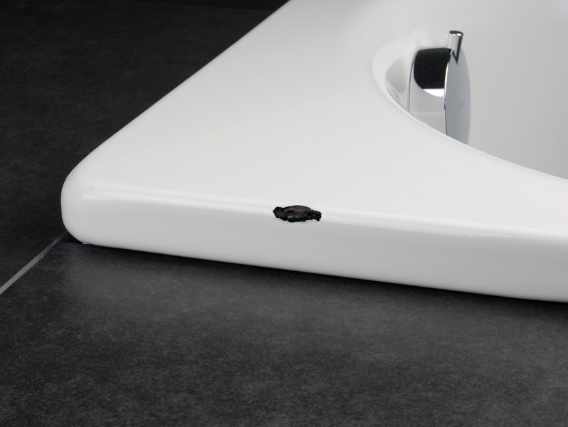 Как заделать скол в ванной